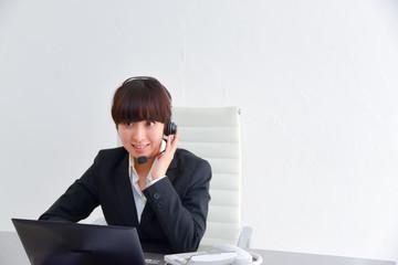 ビジネスシーン オペレーター 女性