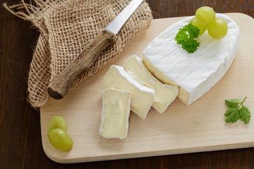 Camembert auf Holzbrett