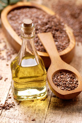 olio di lino sul tavolo di legno