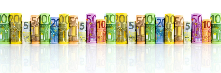Gerollte Euro-Geldscheine vor Weiß
