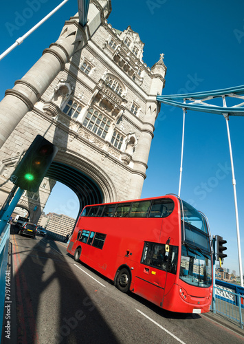 Fotobehang Londen rode bus London bus on Tower Bridge in London