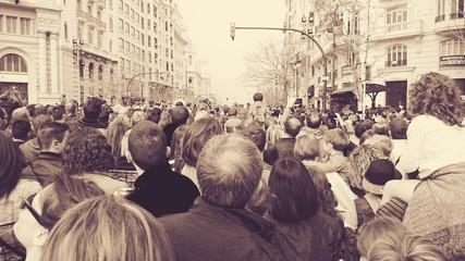 Muchedumbre viendo la mascletá en Valencia