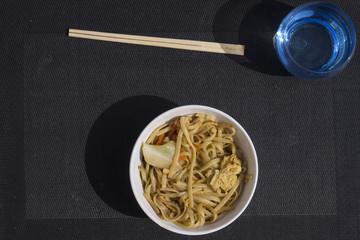 Bol, vaso y palillos chinos