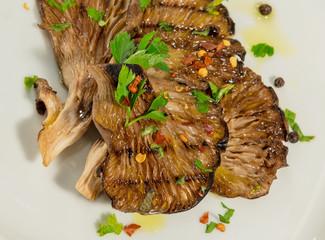 Funghi pleurotus  alla griglia con pepe nero e peperoncino
