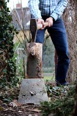 Holzhacken im Garten, großen Scheit zerhacken