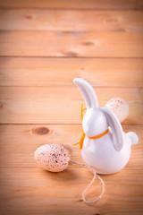 Osterhase aus Keramik mit Osterei