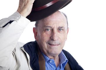 Hombre de la tercera edad saludando con el sombrero
