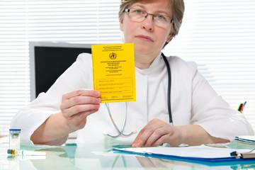 Ärztin zeigt Impfpass