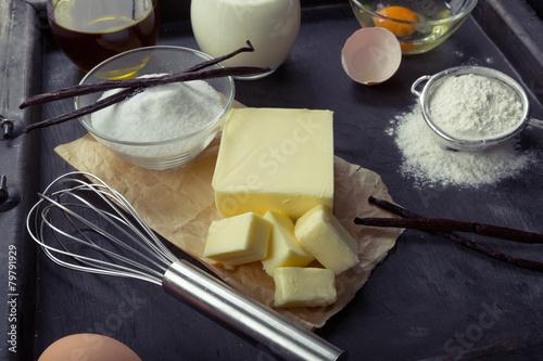 Fototapeta Backzutaten Eier, Mehl, Zucker, Butter, Vanille, Sahne