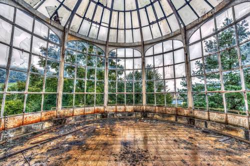 Broken conservatory in an abandoned manor - 79792995