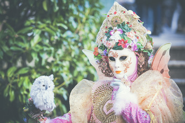 Personnage avec masque de carnaval