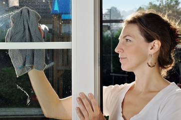 Fenster wischen beim Früjahrsputz