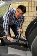 Mann schaut bei PKW-Sitzreinigung in Kamera
