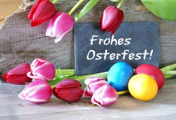 Frohes Osterfest! Tafel mit Tulpen und Ostereiern
