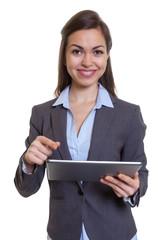Fröhliche Geschäftsfrau im grauen Blazer mit Tablet