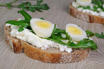 Sandwich with ricotta, egg and arugula