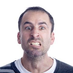 Hombre de cuarenta años enfadado