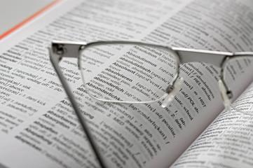 Lesebrille und Woerterbuch