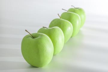 Äpfel in einer Reihe