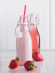 Erdbeer Smoothie und Erdbeersaft in Flaschen