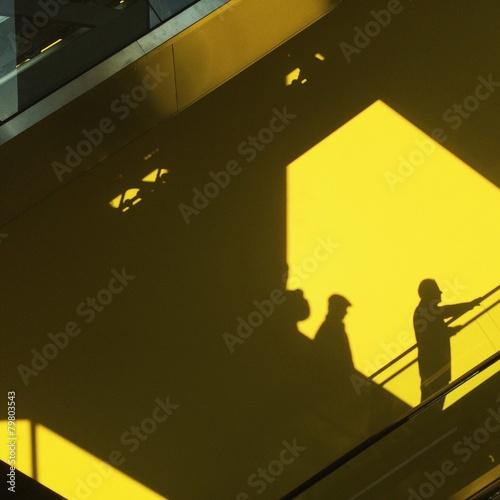 sombras sobre fondo amarillo