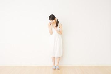 部屋で泣く女性