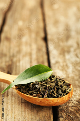 Aluminium Kruiden 2 Green tea with leaf in spoon on old wooden table