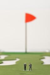 ゴルフ場で会議をしているビジネスマン