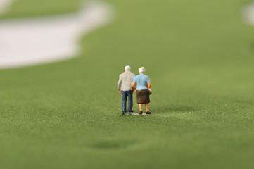 ゴルフ場を歩く夫婦