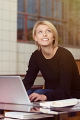 blonde frau arbeitet zuhause am laptop