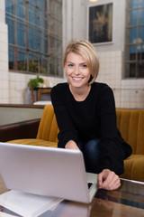 junge frau zu hause suft im internet
