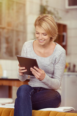 glückliche frau liest am tablet-pc