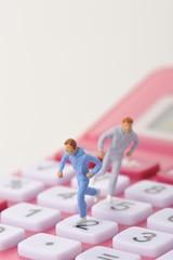電卓の上を急いで走っている人間