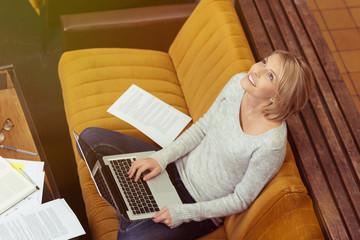 studentin arbeitet zuhause am laptop