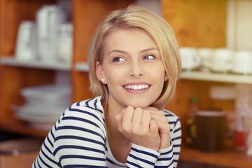 portrait einer jungen, modernen frau in der küche