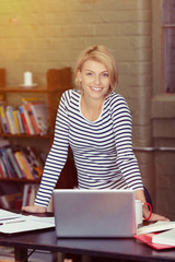 lachende studentin arbeitet zuhause am laptop