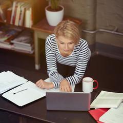 blonde studentin arbeitet zuhause am laptop