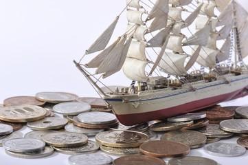 お金の海を進む船