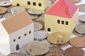 日本円の硬貨に囲まれた住宅街