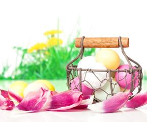Ostereier, Körbchen, Blütenblätter
