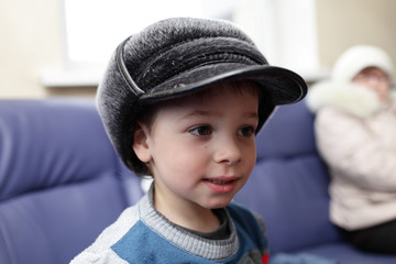 Child in big hat