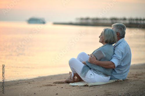 couple at sea - 79833962