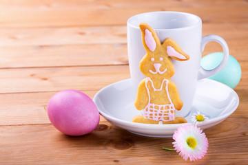 Gedeckter Tisch mit Kaffeetasse und Osterhase