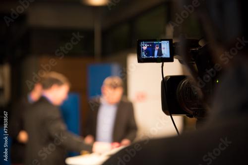 Leinwandbild Motiv Nahaufnahme Videokamera bei Fernsehproduktion