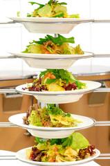Gesunde Ernährung, mehrere Salatteller im Regal übereinander