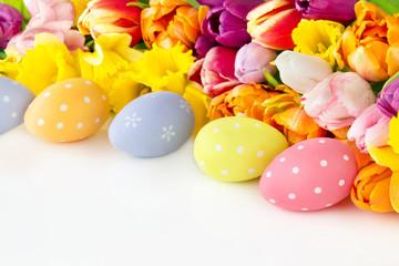 Ostereier und Blumen