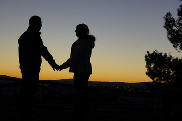 contraluz pareja enamorados