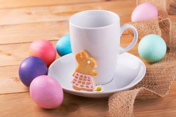 Kaffeetasse, Ostereier und Plätzchen - Tischgedeck Ostern