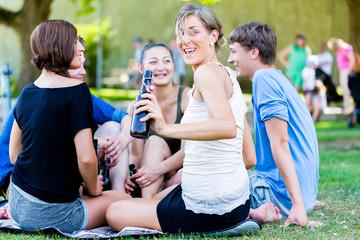 Freunde trinken am See Bier