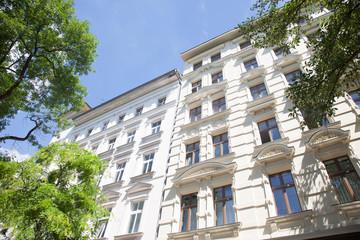 Altbau in Berlin, Haus und Bäume - Deutschland